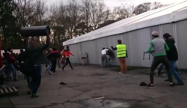 Revolta in Belgia. Peste 100 de imigranti s-au batut dupa ce cativa barbati au atacat o fata pentru ca nu purta esarfa pe cap