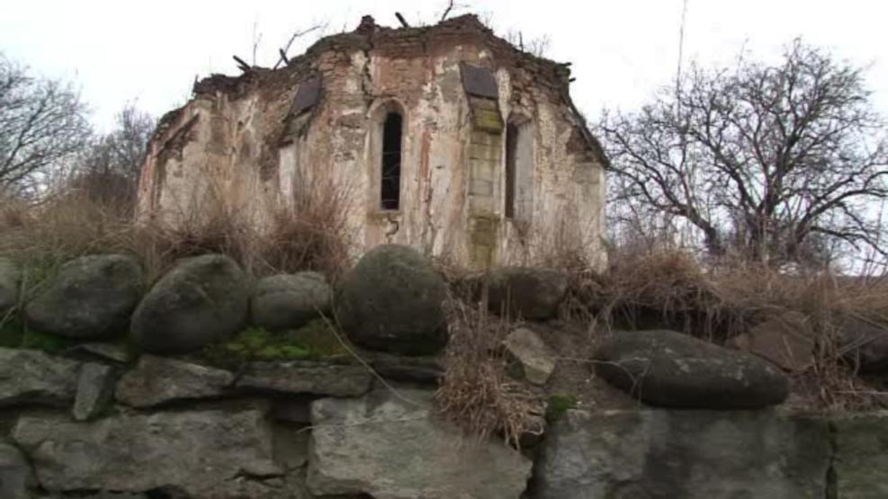 Descoperire extraordinara intr-o biserica ruinata din Transilvania. Ce s-a vazut pe perete dupa ce a cazut tencuiala