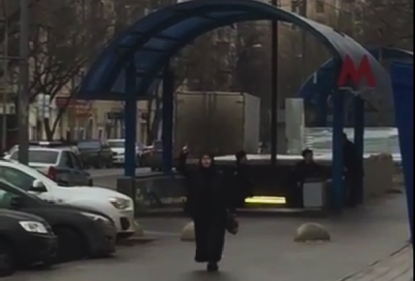 O bona din Moscova a decapitat copilul de care trebuia sa aiba grija. A mers apoi cu capul la metrou, strigand