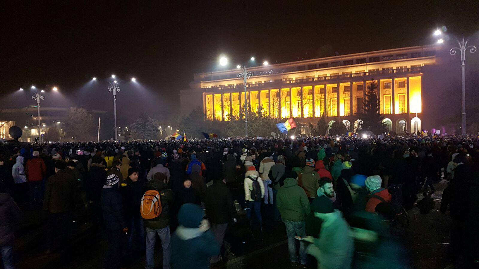 Peste 15.000 de persoane au protestat in Piata Victoriei. Oamenii anunta manifestatii in fiecare zi. VIDEO