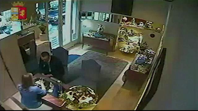 Jaf la un magazin de bijuterii din Italia. Metoda prin care doi cetateni sarbi au pacalit-o pe vanzatoare sa deschida seiful