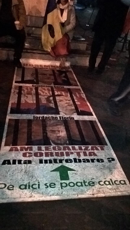 Banner cu chipurile lui Dragnea, Grindeanu si Iordache, intins in centrul Ploiestiului pentru a fi calcat