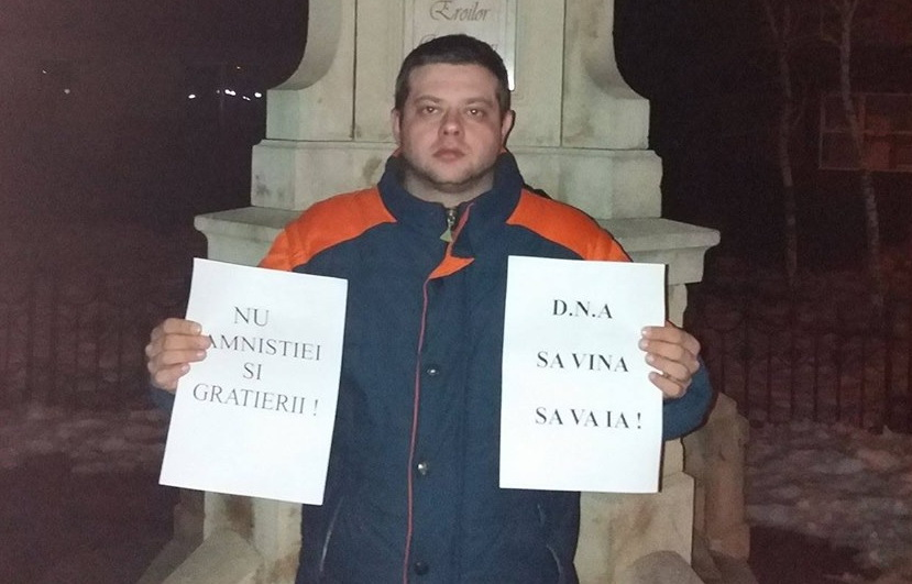 Tanarul care a protestat singur in Odobesti, zile la rand, dat in judecata de primar. Daunele pe care i le cere edilul