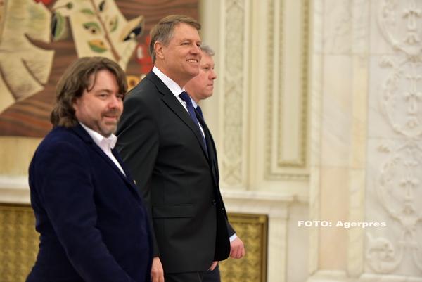 Cum a ajuns Presedintele Romaniei sa fie insotit pe holurile Parlamentului de senatorul USR care a dormit in plen. VIDEO