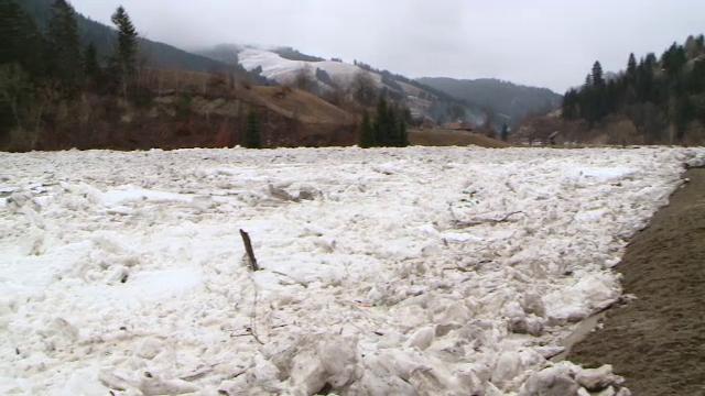 Sute de oameni in pericol si evacuari de urgenta in Neamt. Pirotehnistii, gata sa dinamiteze podurile de gheata