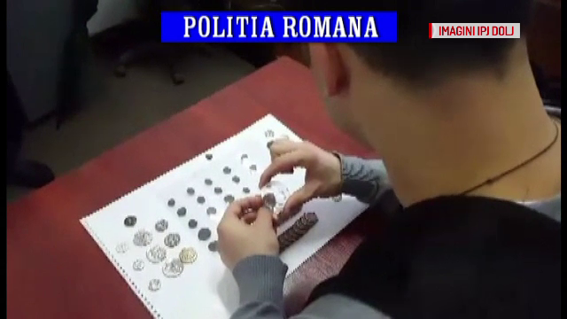 Barbat prins de politisti dupa ce a scos la vanzare online monede antice si bratari descoperite cu un detector de metale