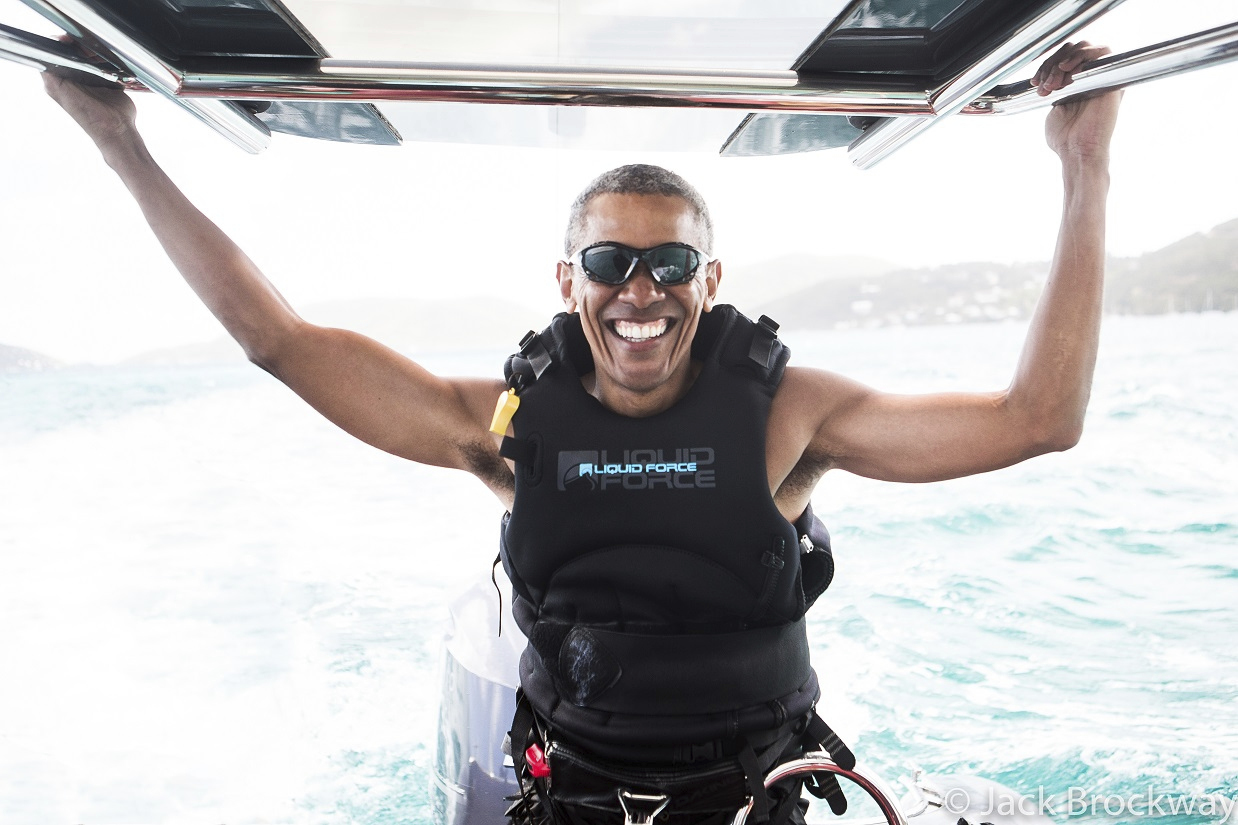 Barack Obama invata Kitesurfing. Fostul presedinte, filmat in timp ce incerca sa isi mentina echilibrul pe o placa de surf