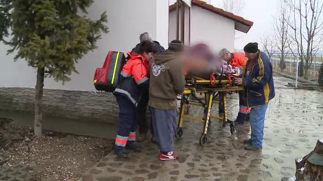 Un barbat care lucra la un ponton pe raul Mures a cazut in apa inghetata. Coleg: