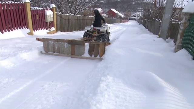 Deszapezire cu ATV-uri si pluguri improvizate din lemn, intr-o comuna din Iasi. Oamenii si-au curatat singuri strazile