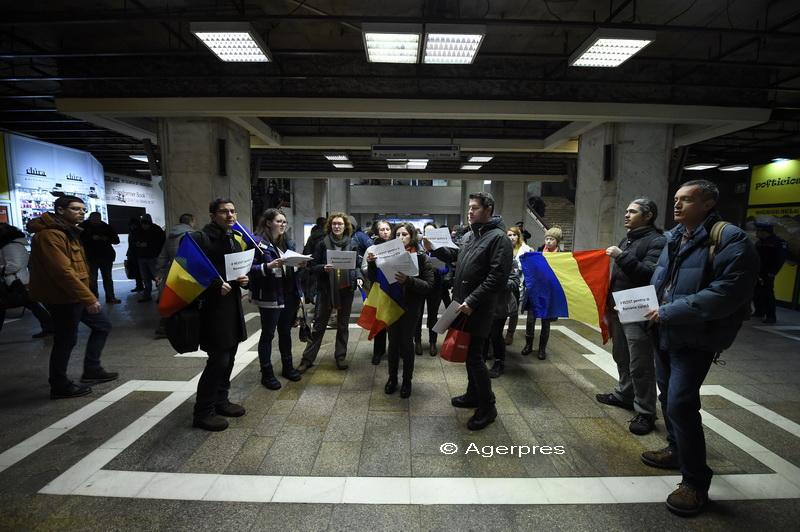 Flashmob in statia de metrou Unirii. Un grup de tineri a cantat imnul national: