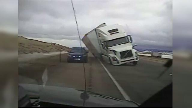 Camion rasturnat peste o masina a politiei. Vantul a atins si 150 de kilometri pe ora pe o autostrada din America