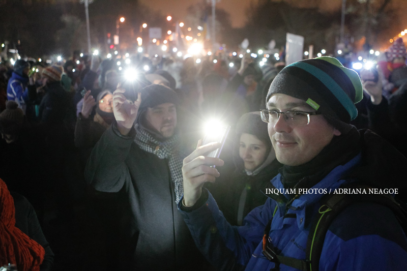Proteste in Piata Victoriei, ziua 12. 3.000 de oameni au cerut demisia Guvernului si au facut o hora la lumina telefoanelor