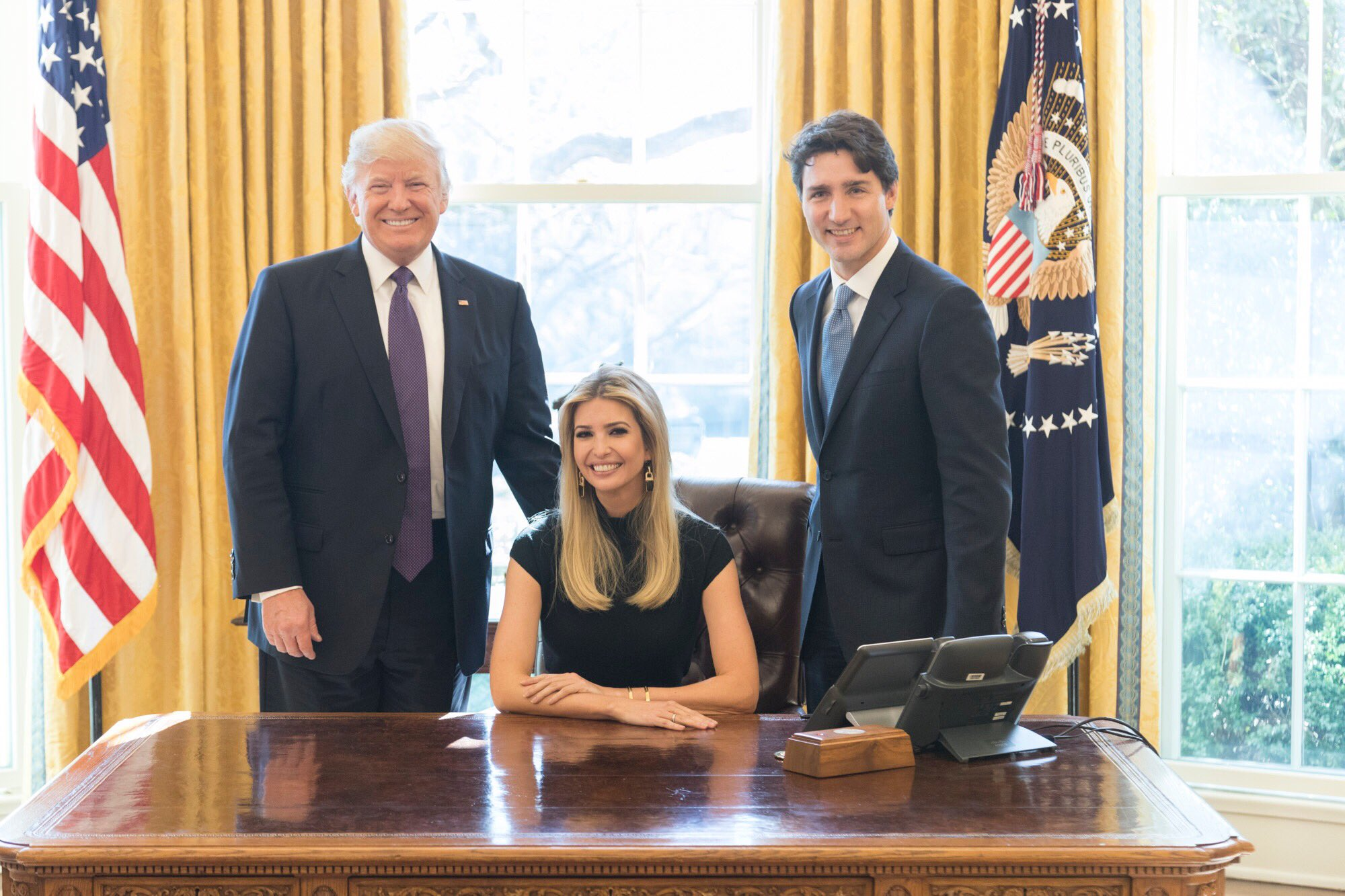Fotografia cu Ivanka Trump stand pe scaunul prezidential i-a revoltat pe unii americani: