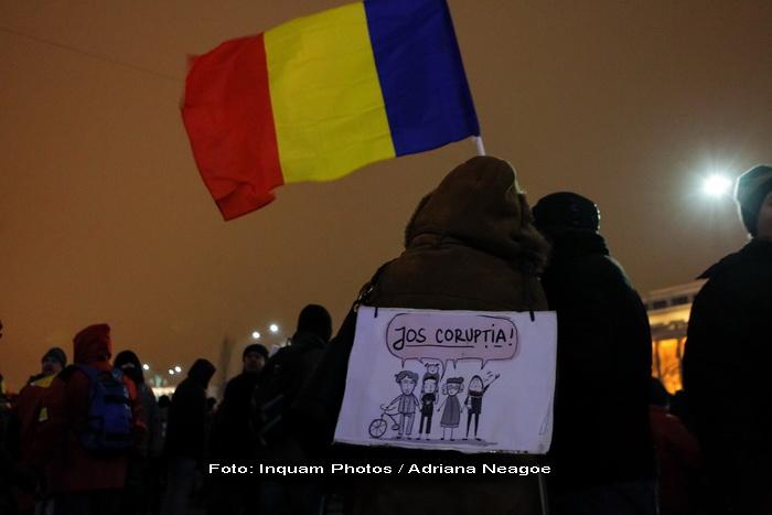 Ziua a 16-a de proteste in Capitala. Aproximativ 300 de oameni au cantat imnul in Piata Victoriei.