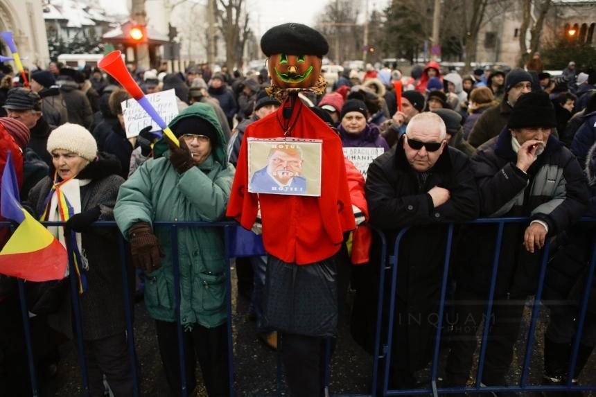 Mitingul de sustinere a Guvernului Grindeanu s-a incheiat cu Hora Unirii in Pitesti. 6.000 de oameni au participat