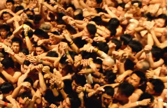 Festival bizar in Japonia. Motivul pentru care 10.000 de barbati s-au dezbracat in miez de noapte, intr-un templu. VIDEO