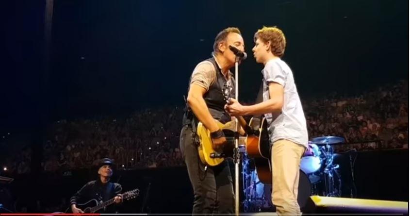 Un tanar din Australia a cantat pe scena cu Bruce Springsteen, dupa ce a chiulit de la scoala ca sa vina la concert. VIDEO