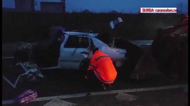 Trei morti, dupa ce masina in care erau s-a izbit de un stalp, in Caransebes. Un tanar de 16 ani este in stare grava