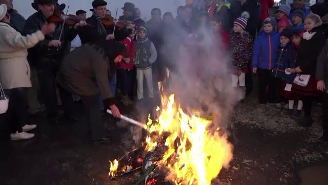 Intr-un sat din Mures, localnicii sarbatoresc venirea primaverii arzand o papusa din paie.