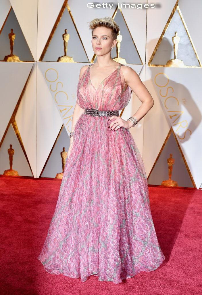 Scarlett Johansson a atras atentia pe covorul rosu in momentul in care s-a intors pentru o poza. Ce au surprins aparatele