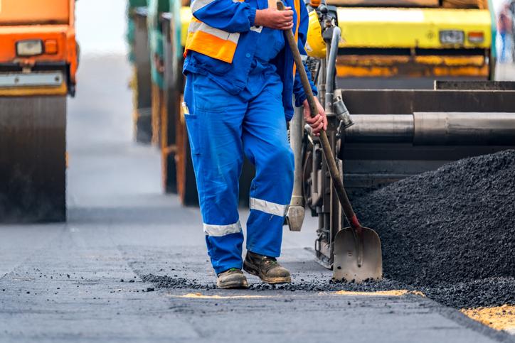 Muncitori români, campioni la asfaltări în Italia. Ce escrocherie făceau de fapt