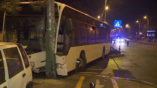 Un autobuz RATB a intrat într-un stâlp, şoferul şi pasagerii au ajuns la spital