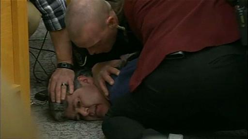 Momentul în care un tată sare să-l bată la tribunal pe Larry Nassar. I-a abuzat cele 3 fete