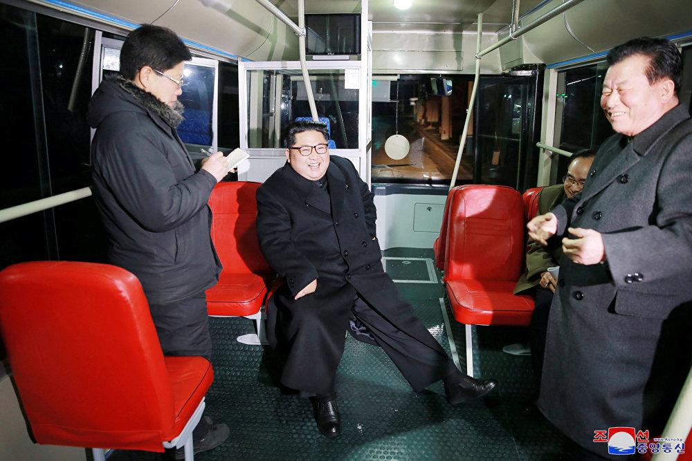 Kim Jong-un și soția lui, Ri Sol-ju, s-au plimbat noaptea prin Phenian cu un troleibuz. FOTO