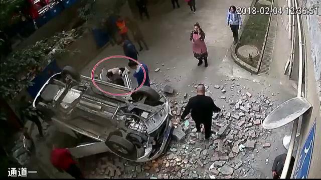 Imagini spectaculoase cu o mașină care cade de la etajul doi al unei parcări