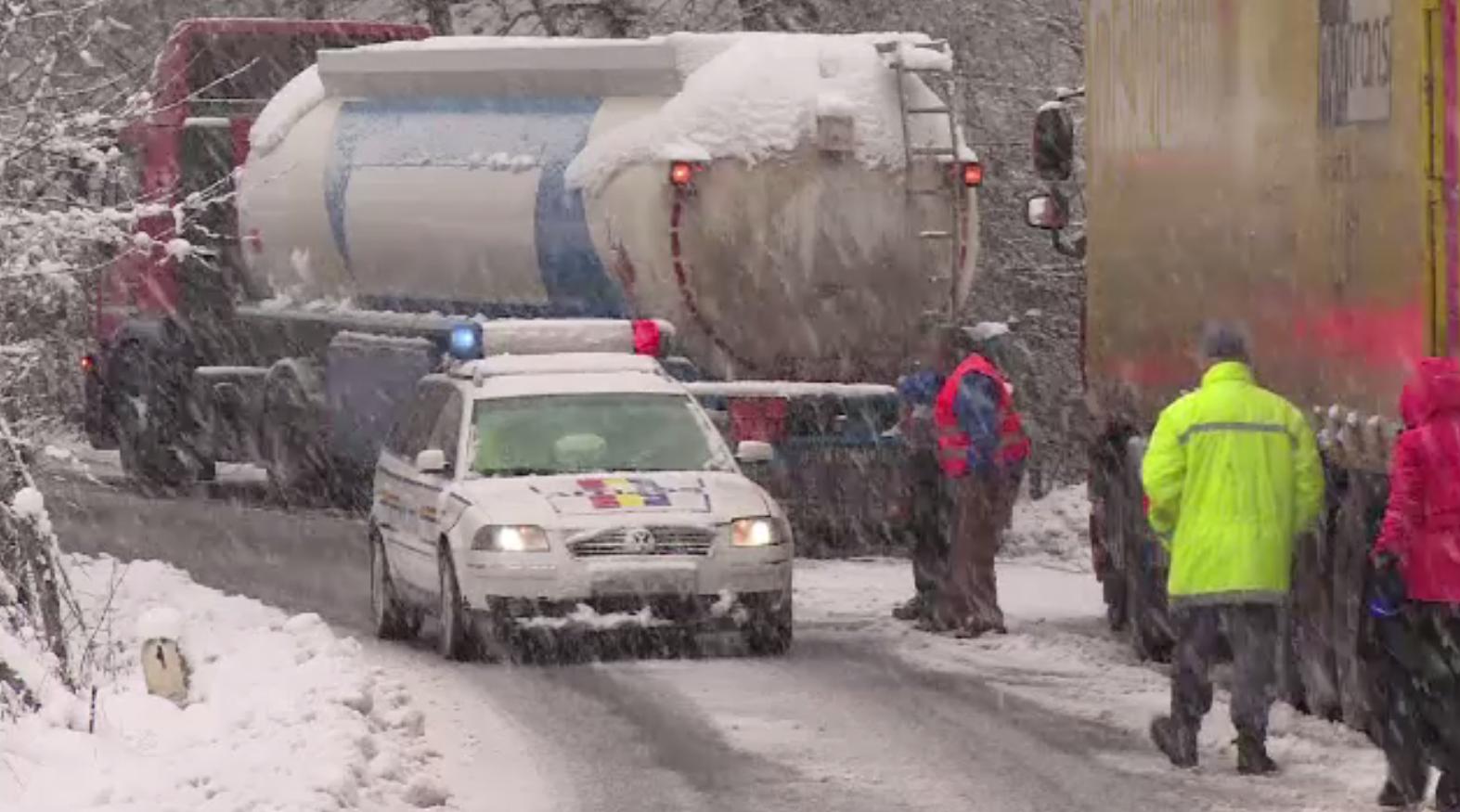 Ninsori abundente în 13 județe. Zeci de mașini au rămas blocate pe șosele