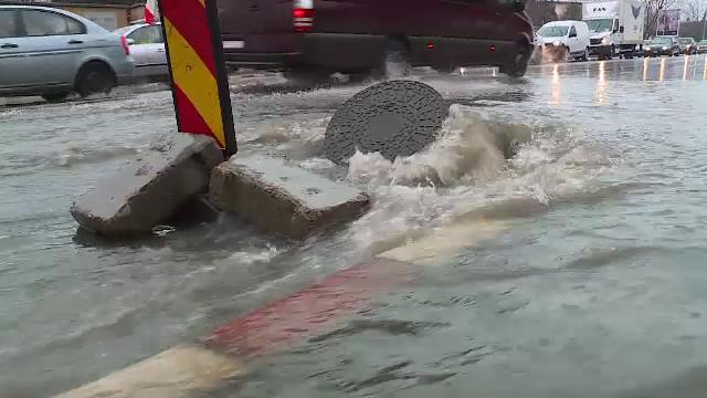 Ploile abundente din sud, aduse de un ciclon mediteranean. Mai multe drumuri au fost inundate