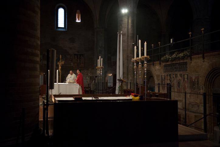 Pedeapsa primită de un preot care făcea orgii. Ar fi avut o relaţie cu o prezentatoare