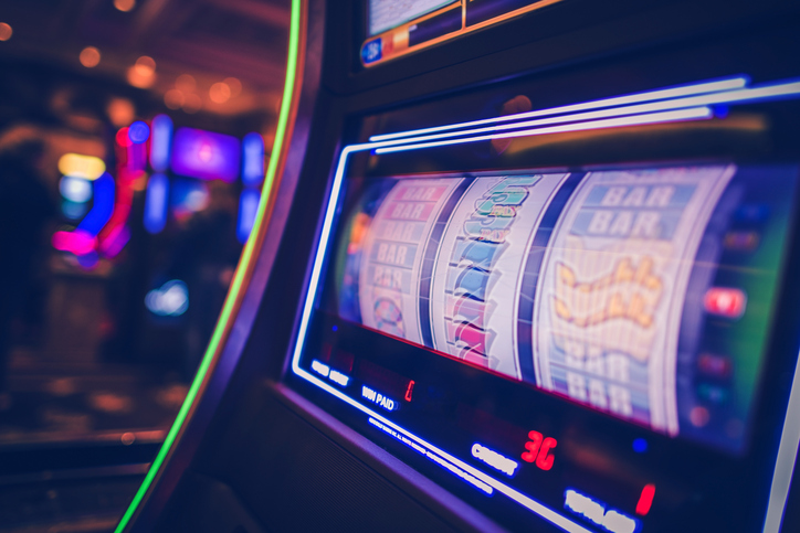 Un timișorean i-a amenințat cu sabia pe angajaii unui cazinou, după ce și-a pierdut banii la păcănele