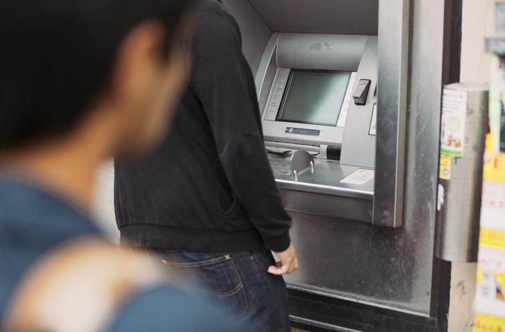 Doi români au furat din bancomate folosind un prag de uşă, chit şi o cursă de şoareci