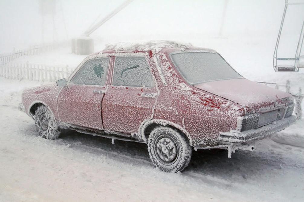 Bărbat îngheţat în maşină, în Vrancea. Avea 9 copii, dintre care 4 au murit