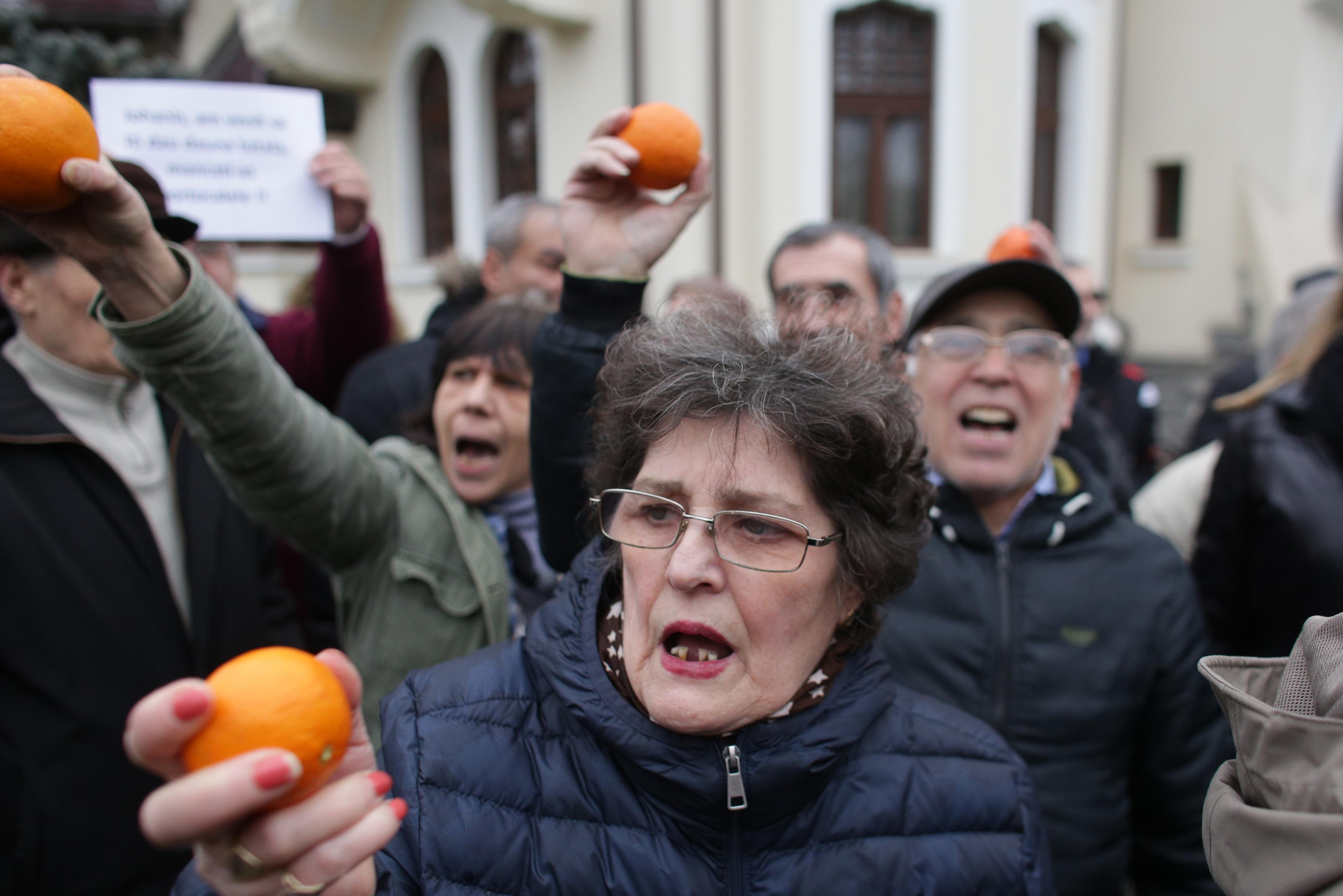 """Protest cu portocale în faţa Palatului Cotroceni. Pleșoianu: """"Iohannis, într-o eroare totală"""""""