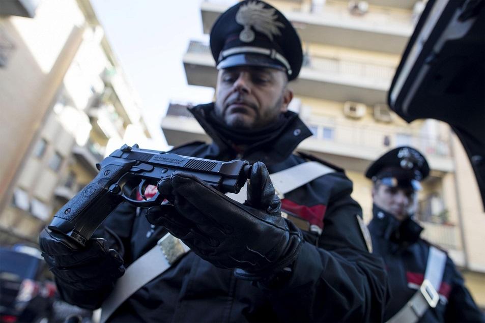 Un italian a scris pe Facebook că a fost atacat de români cu pistoale. Ce au găsit carabinierii