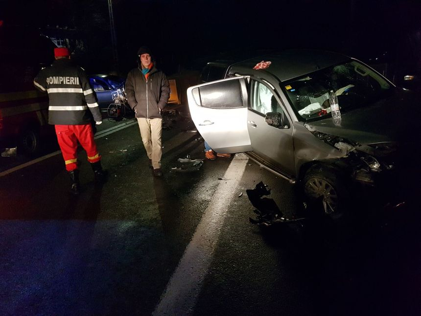 Accident grav pe Valea Oltului. 2 TIR-uri şi 2 maşini s-au ciocnit, trafic blocat total
