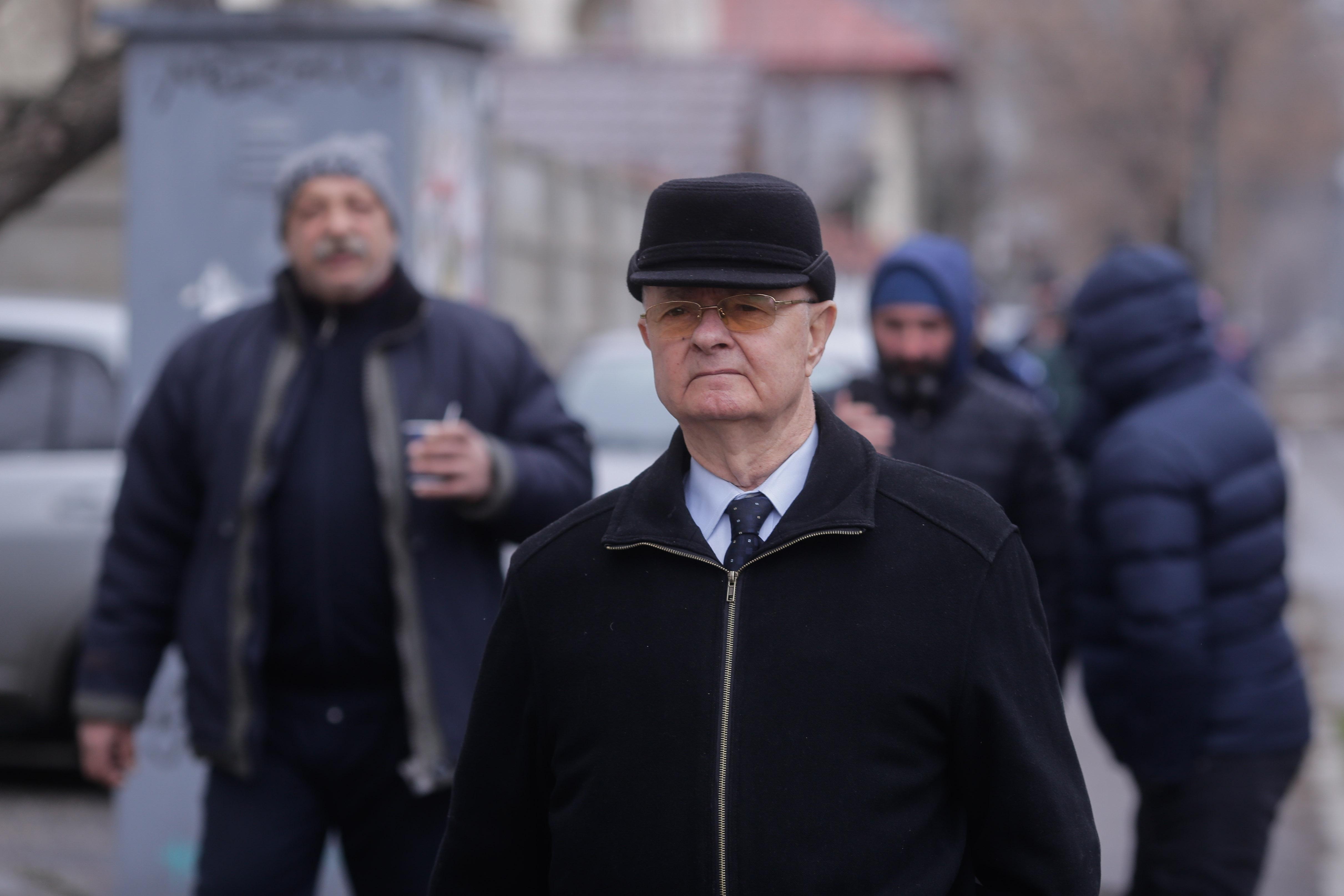 """Procesul """"Mineriada"""". Virgil Măgureanu, întâmpinat cu huiduieli. Un bărbat a leșinat"""