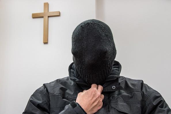 Preot condamnat la închisoare pentru o sută de acte de pedofilie. Și-a ascuns fața la tribunal