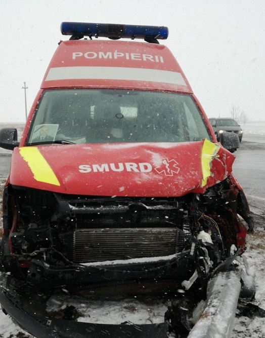 Ambulanță SMURD, implicată într-un accident, în timpul misiunii. 3 paramedici, răniți