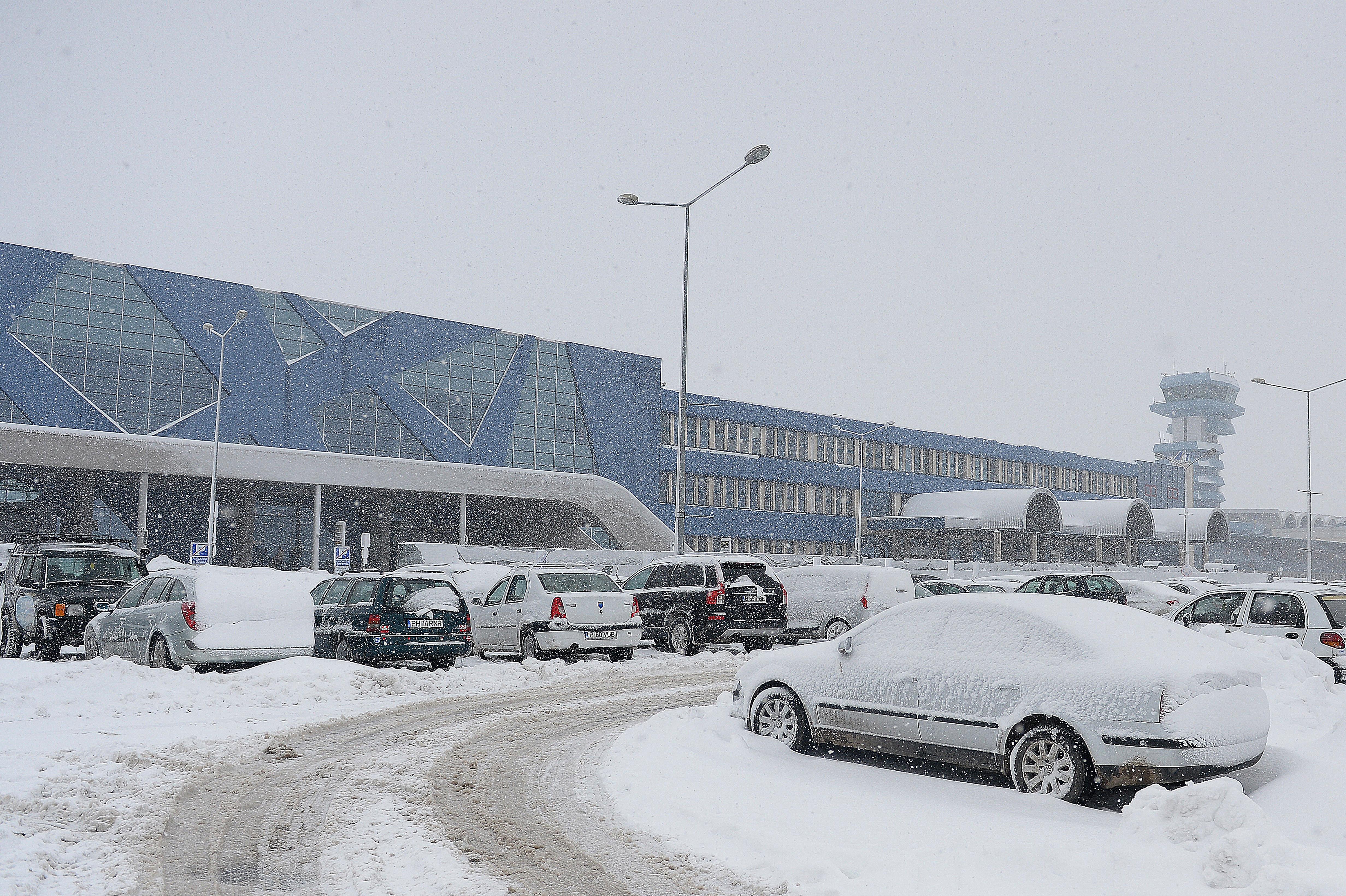 Curse aeriene anulate în România, din cauza condițiilor meteo. Informații aeroport Otopeni