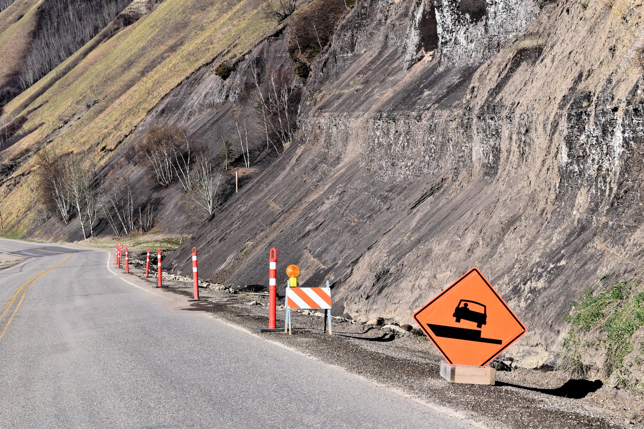 Alunecare de teren pe un drum din Bihor. Traficul în zonă este blocat