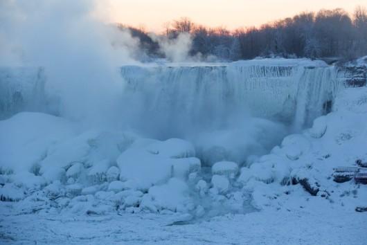 Cascada Niagara înghețată oferă o imagine impresionantă