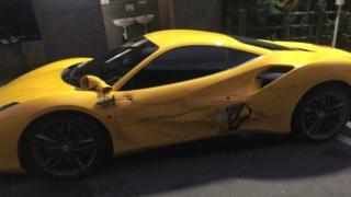 Suma primită de un tânăr care a lovit 4 mașini Ferrari
