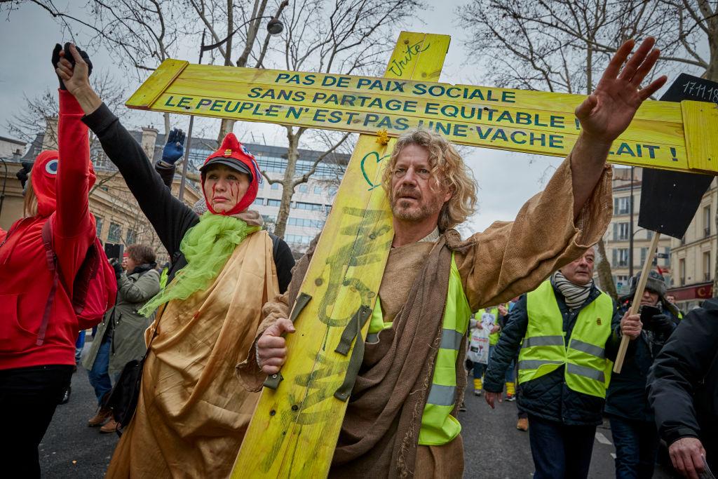 """Gaze lacrimogene și tunuri cu apă în Paris. """"Vestele galbene"""" au protestat din nou"""
