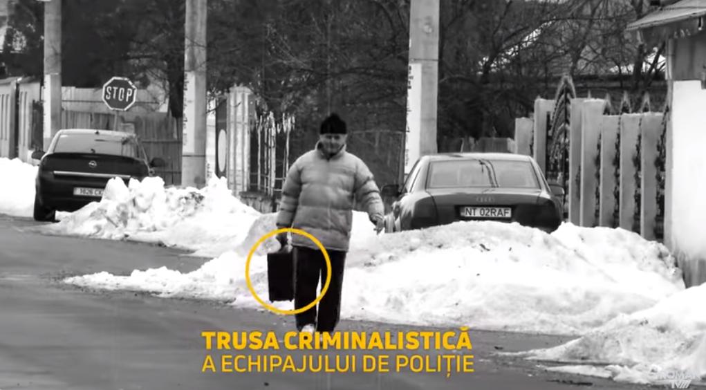 """Un bătrân din Roman le-a luat valiza polițiștilor: """"Dacă eşti neam de hoţ! Vezi?"""" VIDEO"""