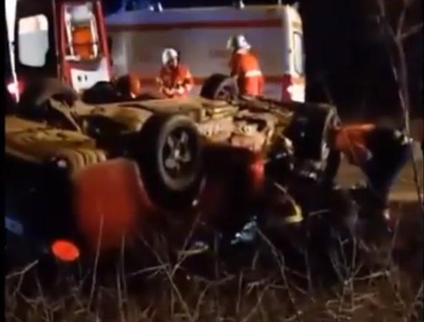 Impact violent între 3 mașini, în Hunedoara. O gravidă și două fetițe, între răniți