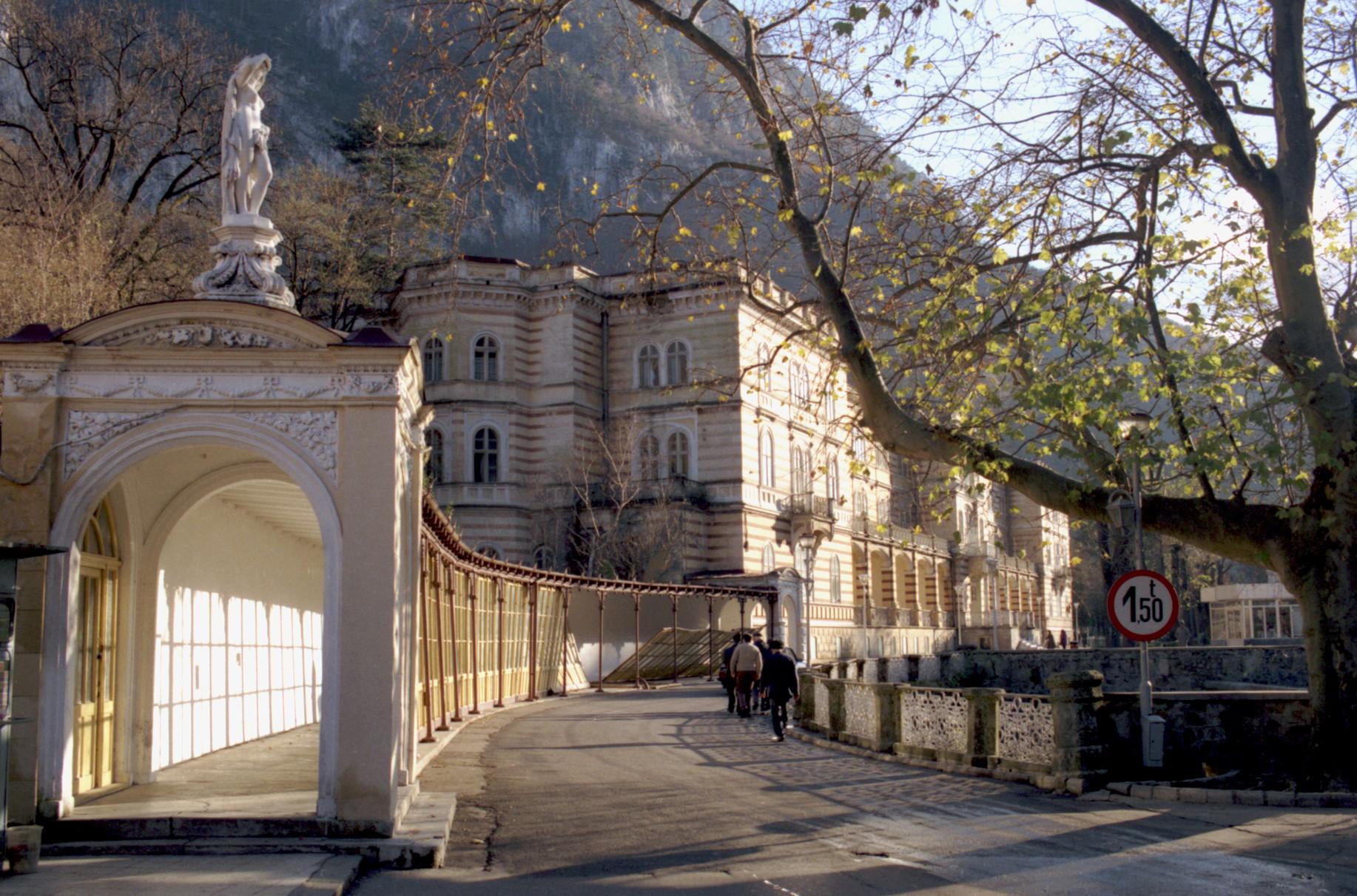 Monumentele istorice din Băile Herculane încep să se prăbuşească. Autorităţile ridică din umeri