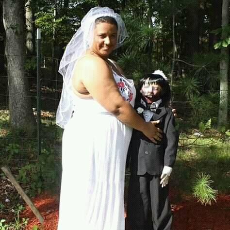 """Povestea femeii care s-a măritat cu o păpușă zombie. Susține că """"au consumat"""" căsătoria"""